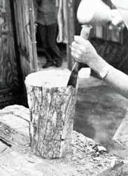 조각 - 끌로 나무 조각하는 모습